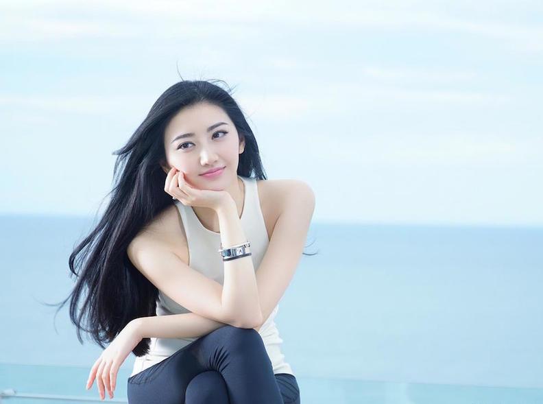 景甜全捰体写真_景甜初夏海边写真 青春靓丽展迷人微笑