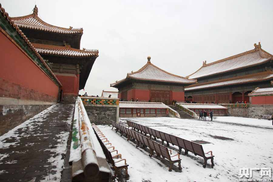 Snow-covered Palace Museum attracts tourists (1)
